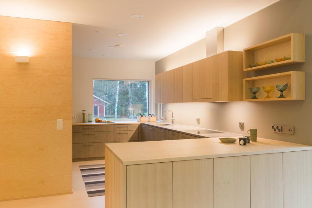 sulavalinjainen, pelkistetty, vaalea puinen keittiökokonaisuus
