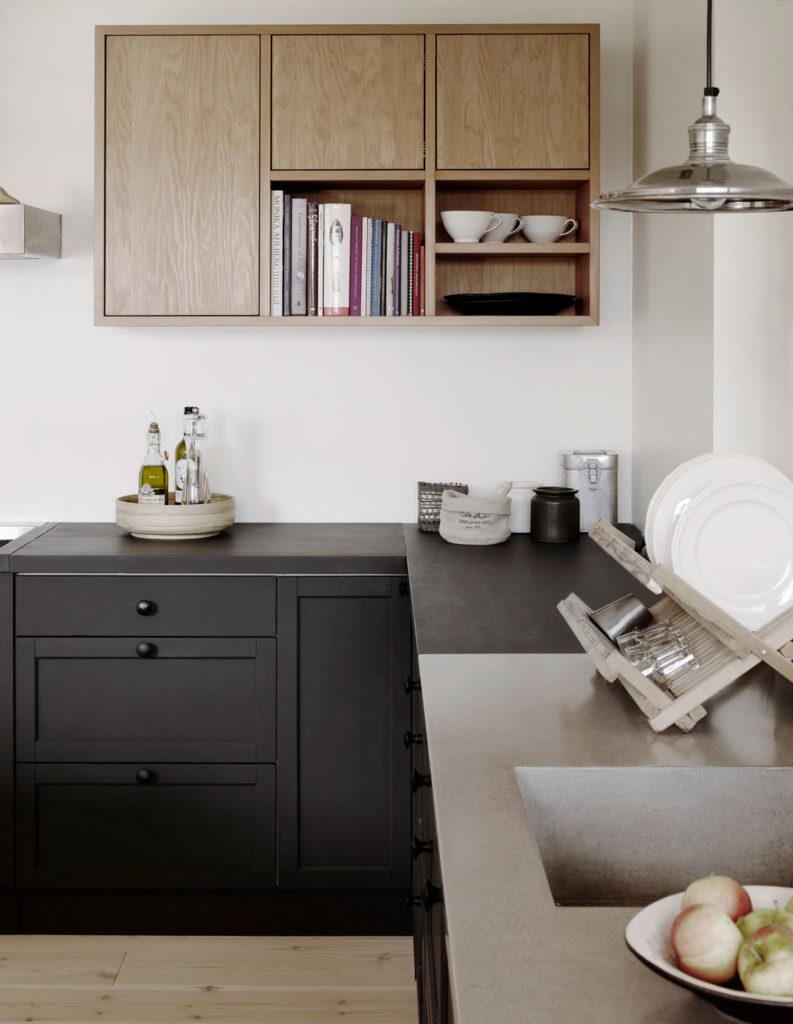 Mustan ja puun värinen keittiö