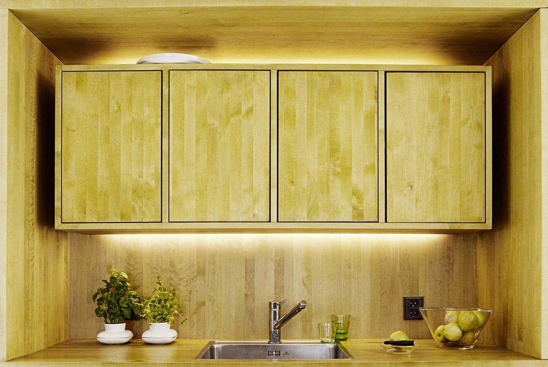 upea puinen kaapisto keittiössä