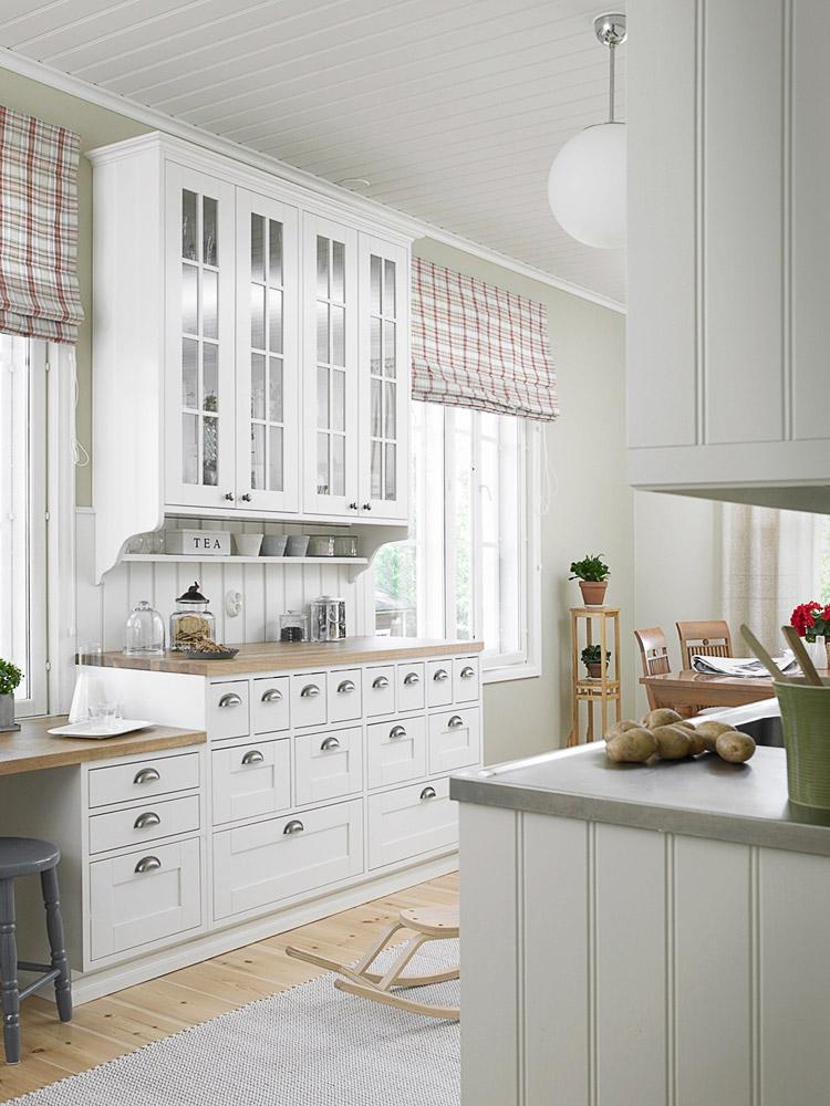 vaalea keittiö, jossa apteekkari-tyyliset laatikoiden vetimet