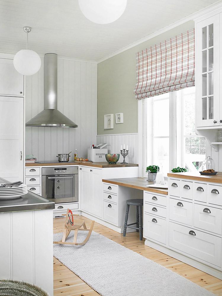 perinteinen kaunis ja vaalea keittiö