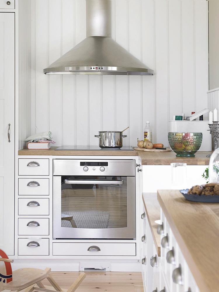 perinteinen vaalea keittiö, rosterinen integroitu liesi ja uuni sekä rosterinen liesituuletin